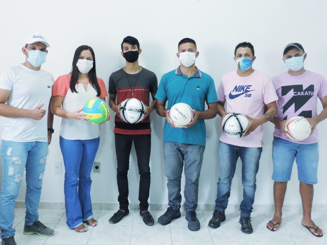 Prefeita Simone Azevedo realiza entrega de Bolas Esportivas