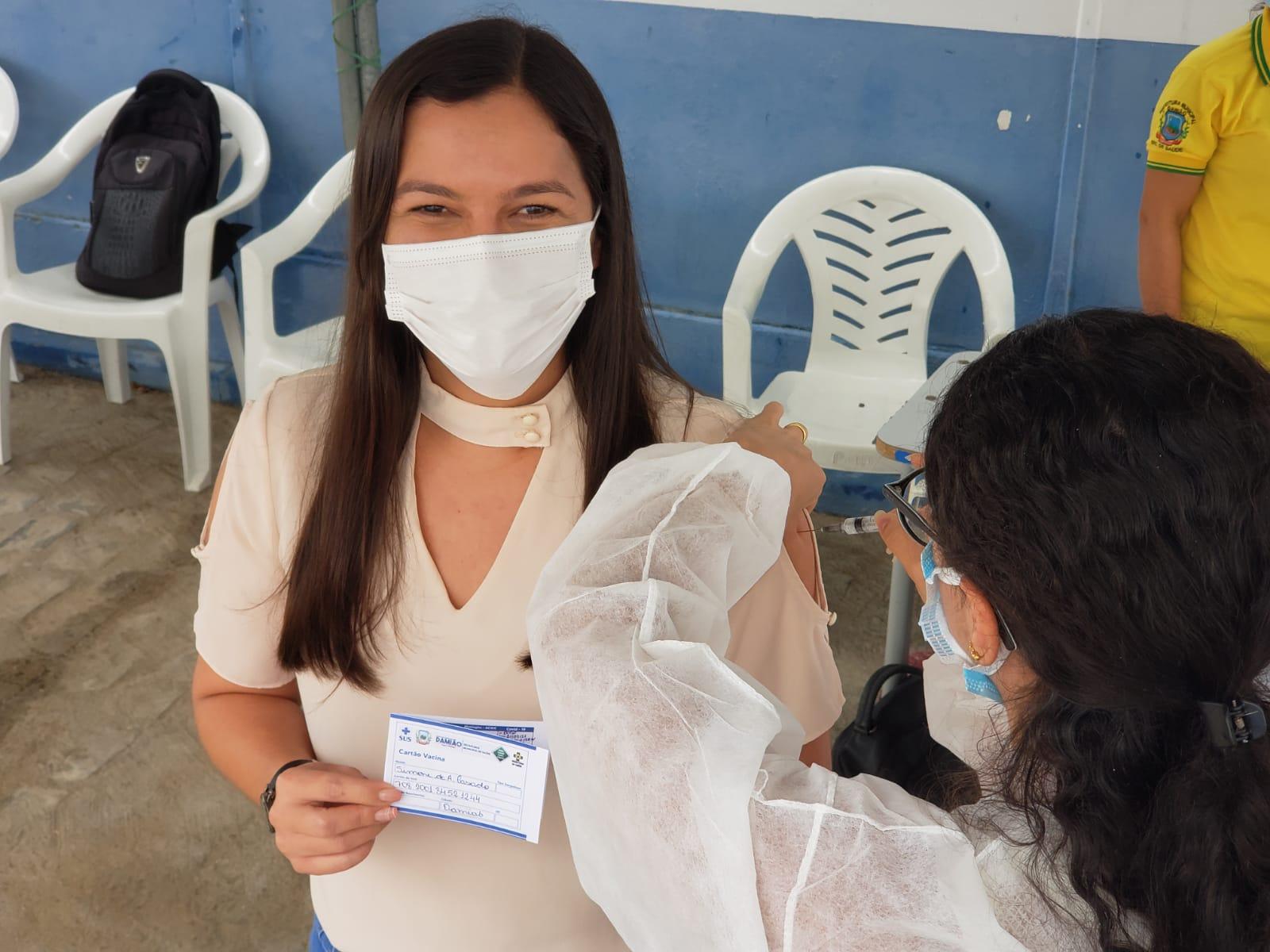Prefeita Simone toma primeira dose da vacina contra COVID-19